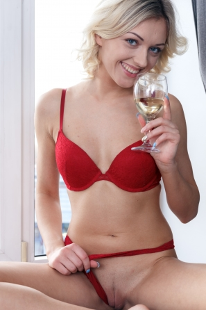 2020-12-20-tiffany-wide-open-innie-pussy-and-drinks-champagne